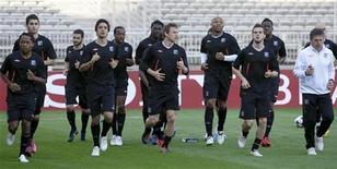 """<p>Игроки """"Лиона"""" на тренировке в Лионе 26 апреля 2010 года. Матчи седьмого тура чемпионата Франции пройдут в субботу и воскресенье. REUTERS/Robert Pratta</p>"""