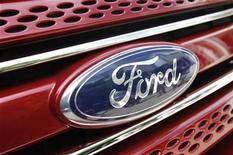 <p>Imagen de archivo del logo de Ford en el lanzamiento de un nuevo auto en Chicago. Jul 26 2010 Ford Motor anunció el sábado que su empresa conjunta construirá una nueva planta de fabricación de motores en la ciudad de Chongqing, en el suroeste de China, a un costo de 500 millones de dólares para apoyar la expansión en el principal mercado mundial de autos. REUTERS/John Gress/ARCHIVO</p>
