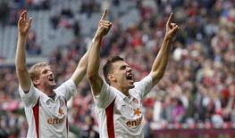 <p>Adam Szalai (à dir.) e Andre Schnuerrle, do Mainz 05, comemoram a vitória contra o Bayern de Munique pelo Campeonato Alemão, em Munique, 25 de setembro de 2010. REUTERS/Michaela Rehle</p>