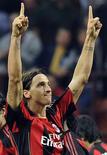<p>Zlatan Ibrahimovic, do Milan, comemora gol contra o Genoa durante partida pela série A no estádio de San Siro, em Milão, 25 de setembro de 2010. REUTERS/Imagesport</p>