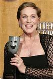"""<p>Foto de archivo de la actriz Julie Andrews junto a su premio del Screen Actors Guild por los logros a su carrera en Los Angeles, ene 28 2007. Andrews, Christopher Plummer y sus siete hijos ficticios en la película """"The Sound of Music"""" se reunirán por primera vez en 45 años en el programa de entrevistas de Oprah Winfrey, dijo el lunes la productora. REUTERS/Lucy Nicholson</p>"""