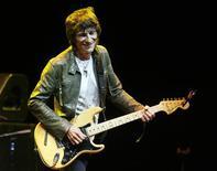 <p>Foto de archivo del guitarrista Ronnie Wood durante un concierto en Los Angeles, mayo 8 2009. El grupo The Rolling Stones nunca se tendrá que preocupar por desaparecer, siempre y cuando Ron Wood esté cerca para mantenerlo en los tabloides. REUTERS/Fred Prouser/Files</p>