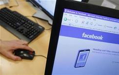 <p>Imagen de archivo de la página de Facebook en un computador en Bruselas. Abr 21 2010 Las acciones de Facebook, la red social más grande del mundo, probablemente no coticen en los mercados hasta después de 2012, dijo el lunes el miembro del directorio Peter Thiel. REUTERS/Thierry Roge/ARCHIVO</p>