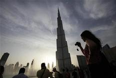 <p>Tourists take photographs of Burj Khalifa, the world's tallest tower in Dubai which stands at 828 metres, May 3, 2010. REUTERS/Jamal Saidi</p>
