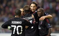 <p>Zlatan Ibrahimovic e Clarence Seedorf comemoram gol contra o Ajax, no empate em 1 x 1 pela Liga dos Campeões. REUTERS/Toussaint Kluiters/United Photos</p>