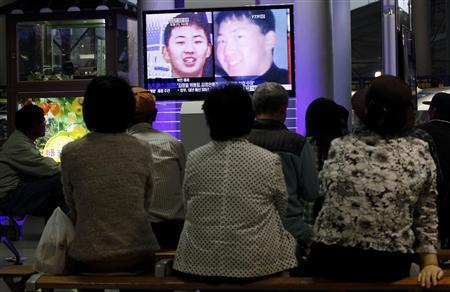South Koreans watch a television news report showing the person believed to be Kim Jong-un, the youngest son of North Korean leader Kim Jong-il, at the Seoul railway station September 28, 2010. North Korea's ailing leader Kim gave his youngest son his first public title on Tuesday, naming him a general in a move analysts said marked the first stage of dynastic succession in the secretive state. REUTERS/Jo Yong-Hak