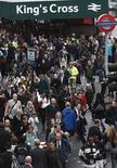 """<p>Люди пытаются найти способ уехать с железнодорожной станции """"Кингс Кросс"""" во время 24-часовой забастовки работников метрополитена в Лондоне 4 октября 2010 года. Жителям Лондона в понедельник было сложно добраться до работы, так как работники столичного метрополитена провели уже вторую забастовку, связанную с запланированными сокращениями рабочих мест. REUTERS/Andrew Winning</p>"""