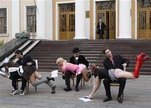 <p>Активисты движения FEMEN выступают перед зданием Министерства образования и науки в Киеве, 16 ноября 2009 года. Прозрачные блузки, обтягивающие юбки, рюши и воланы, а также другие излишества в женской одежде отныне под запретом в стенах украинского правительства, говорится в документе, опубликованном на сайте Кабинета министров (www.kmu.gov.ua). REUTERS/Gleb Garanich</p>