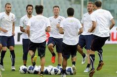 <p>Игроки сборной Италии на тренировке во Флоренции 6 сентября 2010 года. Сборная Италии по футболу изучает информацию о произошедшем во вторник взрыве в Северной Ирландии, но пока все-таки планирует отправиться в Белфаст на матч отборочного цикла чемпионата Европы 2012 года, который должен пройти в пятницу. REUTERS/Stringer</p>