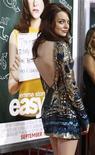 """<p>Foto de archivo de la actriz Emma Stone durante el estreno del filme """"Easy A"""" en el teatro chino Grauman de Hollywood, sep 13 2010. La pegajosa red del héroe de los cómics Spider-Man atrapó una nueva novia para una próxima película. Emma Stone, una estrella de 22 años quien ha salido en películas tales como """"Zombieland"""" y la comedia """"Easy A"""", será la protagonista, Gwen Stacy, en el próximo filme de la serie que tendrá su estreno en el 2012, dijo el martes el estudio Columbia Pictures. REUTERS/Mario Anzuoni</p>"""