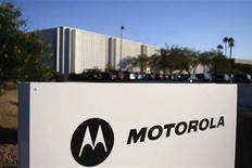 <p>Imagen de archivo del logo de Motorola en una oficina en Arizona. Oct 29 2009 Motorola Inc dijo que su unidad de telefonía celular presentó demandas ante la corte federal de Estados Unidos y los reguladores, en las que acusa a Apple Inc de violar 18 patentes con sus iPhone, iPad, iTouch y algunas de sus computadoras. REUTERS/Joshua Lott/ARCHIVO</p>