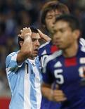 <p>Argentino Carlos Tevez lamenta uma jogada perdida durante a partida contra o Japão em Saitama. O Japão venceu por 1 x 0. 08/10/2010 REUTERS/Issei Kato</p>