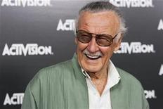 """<p>Foto de archivo del escritor de cómics Stan Lee durante un evento de la firma Activision en Los Angeles, jun 14 2010. Lee está preparado para obtener beneficios de un reality, o algo por el estilo. Lee, de 87 años, y que ayudó a crear a Spider-Man, Iron Man y a The Incredible Hulk, dijo a Reuters que su nuevo cómic """"Stan Lee's 7"""", saldrá a comienzos del 2011 con él como un personaje crucial y será el primero de su nueva compañía, Stan Lee Comics. REUTERS/Jason Redmond</p>"""