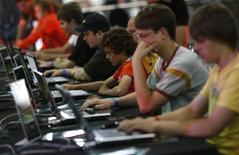 <p>Visitors play at an exhibition stand at the Games Convention Online 2009 fair in the eastern German city of Leipzig July 31, 2009. REUTERS/Fabrizio Bensch</p>