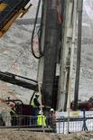 <p>Cпасатели укрепляют стенки туннеля с помощью труб, шахта Сан-Хосе 10 октября 2010 года. Чилийские шахтеры, находящиеся под землей уже более двух месяцев, могут быть подняты на поверхность уже в среду. REUTERS/Luis Hidalgo</p>