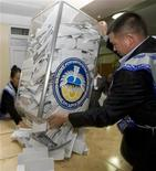 <p>Члены местной избирательной комиссии вытряхивают урны для голосования в Бишкеке 10 октября 2010 года. Киргизия избрала новый парламент по партийным спискам в надежде стать первой в Центральной Азии парламентской республикой, покончить с хаосом и избежать авторитаризма после беспорядков, переворотов и кровавых межнациональных столкновений. REUTERS/Shamil Zhumatov</p>