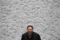 """<p>El artista chino Ai Weiwei junto a su instalación """"Sunflower Seeds"""" en el el Turbine Hall en la galería Tate Modern de Londres, oct 11 2010. Weiwei ha llenado el Turbine Hall en la galería Tate Modern de Londres con más de 100 millones de semillas de girasoles de porcelana hechas a mano, sobre las cuales se invita a caminar a los visitantes. REUTERS/Stefan Wermuth</p>"""