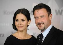 """<p>Imagen de archivo de la actriz Courteney Cox y su marido David Arquette, en una premiación en Los Angeles. Jun 1 2010 La estrella de """"Cougar Town"""" Courteney Cox y su marido y colega, David Arquette, han acordado una """"separación de prueba"""", pero permanecerán casados mientras trabajan en las razones del término de su relación, dijeron ambos el lunes. REUTERS/Phil McCarten</p>"""