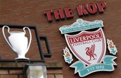 """<p>Эмблема """"Ливерпуля"""" на стене стадиона команды в Ливерпуле 6 октября 2010 года. Сингапурский миллиардер Питер Лим увеличил свое предложение о покупке английского футбольного клуба """"Ливерпуль"""" до 320 миллионов фунтов. REUTERS/Phil Noble</p>"""
