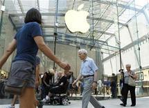 <p>Imagen de archivo de una tienda de Apple en Nueva York. Jul 19 2010 Barclays Capital elevó el objetivo de precio por acción de Apple Inc un 13 por ciento, para reflejar una fuerte demanda, no sólo del iPad y el iPhone 4, sino que también por las computadoras Mac y los nuevos reproductores multimedia iPod. REUTERS/Lucas Jackson/ARCHIVO</p>