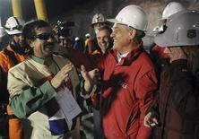 <p>Президент Чили Себастьян Пинера (справа) встречает третьего вышедшего на поверхность земли шахтера Хуана Илланеса, недалеко от города Копьяпо 13 октября 2010 года. Чилийские шахтеры, запертые под землей более двух месяцев, в среду начали подниматься на поверхность. REUTERS/Jose Manuel de la Maza-Chilean</p>
