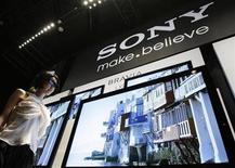 <p>Imagen de archivo del logo de Sony durante una presentación en Tokio. Mar 9 2010 Sony ha dado su mayor paso hasta ahora en los llamados televisores conectados, al presentar una línea de aparatos optimizados por Google que pretenden fusionar el contenido de televisión e internet en las salas de estar de los consumidores. REUTERS/Yuriko Nakao/ARCHIVO</p>