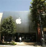 <p>Imagen de archivo del logo de Apple en una tienda en Los Angeles. Jul 21 2008 Las acciones de Apple Inc cruzaron el miércoles la barrera de los 300 dólares por primera vez, dado que los inversores anticipaban otro buen reporte de ganancias del fabricante del iPhone la semana próxima. REUTERS/Mario Anzuoni/ARCHIVO</p>