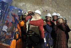 <p>Поднятый на поверхность шахтер Флоренсио Авалос обнимает президента Чили Себастьяна Пинеру, 13 октября 2010 года. Операция по спасению 33 шахтеров, оказавшихся в подземной ловушке после обрушения шахты в Чили два месяца назад, успешно завершилась в четверг утром. REUTERS/Jose Manuel de la Maza-Chilean Presidency/Handout</p>