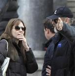 """<p>Angelina Jolie fala com membros da equipe durante a filmagem de seu primeiro filme como diretora, """"Untitled Bosnian War Love Story"""", no centro de Budapeste, 13 de outubro de 2010. Um ministro da Bósnia cancelou a permissão para que a estrela de Hollywood filmasse no país. REUTERS/Bernadett Szabo</p>"""