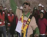 <p>Uno de los mineros celebra su salida de la mina San José, donde permaneció atrapado por más de dos meses. Oct 13 2010 Los ojos del mundo siguieron paso a paso esta semana el último episodio de la épica hazaña de supervivencia y rescate de 33 hombres atrapados en una pequeña mina en Chile. REUTERS/Government of Chile/Pool</p>