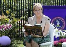 """<p>Imagen de archivo de la autora de Harry Potter, J.K. Rowling, leyendo en un encuentro en la Casa Blanca en Washington. Abr 5 2010 J.K. Rowling podría tener que defenderse en los tribunales contra las acusaciones de haber copiado el trabajo de otro autor de libros infantiles al escribir """"Harry Potter and the Goblet of Fire"""", el cuarto de los siete libros sobre el niño mago. REUTERS/Larry Downing/ARCHIVO</p>"""