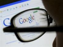 <p>Foto de archivo de la página de inicio del buscador web Google visto desde un ordenador en Leicester, Inglaterra, jul 20 2007. Google, el mayor motor de búsquedas en internet del mundo, reportó el jueves ventas trimestrales mayores a las esperadas, lo que impulsaba una subida de sus acciones. REUTERS/Darren Staples</p>