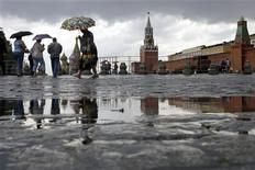<p>Люди идут по Красной площади в дождливый день, 30 июня 2008 года. Установившаяся в Москве холодная погода с заморозками по ночам сохранится в столице и в выходные, ожидают синоптики и обещают гололедицу. REUTERS/Denis Sinyakov</p>