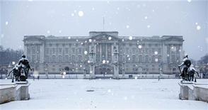 <p>Austérité oblige, la reine Elisabeth a annulé la grande réception de Noël prévue le 13 décembre au palais de Buckingham - une première. /Photo d'archives/REUTERS/Stefan Wermuth</p>