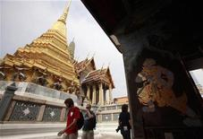 <p>Tourists visit the Wat Phra Kaeo (Emerald Buddha Temple) in Bangkok January 20, 2010. REUTERS/Chaiwat Subprasom</p>