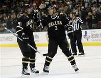 """<p>Игроки """"Далласа"""" радуются голу, забитому в ворота """"Оттавы"""", в Далласе 20 марта 2010 года. """"Даллас"""" оказал не самый радушный прием своему многолетнему лидеру Майку Модано, перешедшему нынешним летом в """"Детройт"""", и обыграл его новую команду со счетом 4-1. REUTERS/Mike Stone</p>"""