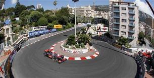 """<p>Пилот команды """"Макларен"""" Дженсон Баттон проходит поворот во время первой практики на """"Гран-при Монако"""" 13 мая 2010 года. Один из самых ожидаемых этапов чемпионата мира по автогонкам в классе """"Формула-1"""". За три дня соревнований поклонники спорта смогут смешаться с богатой и знаменитой публикой Монако, попытать счастье в казино Монте-Карло, а также исследовать Королевский дворец. REUTERS/Robert Pratta</p>"""