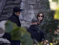 <p>Brad Pitt (izq) y Angelina Jolie durante la filmación de la primera película de Jolie como directora en Budapest. Oct 13 2010 Angelina Jolie dijo el jueves a los críticos de un filme que está rodando en Europa oriental que detengan momentáneamente cualquier queja, debido a que tiene diversos cambios en la trama que pueden acabar con sus preocupaciones. REUTERS/Bernadett Szabo</p>