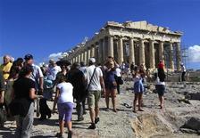 <p>Turistas estrangeiros visitam a Acrópole após sua reabertura, seguindo o fim nesta sexta-feira o bloqueio mantido por trabalhadores que durante dois dias. 15/10/2010 REUTERS/Yannis Behrakis</p>
