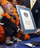 <p>Khagendra Thapa com o certificado de homem mais baixo do mundo, em Pokhara, a oeste de Katmandu. 14/10/2010 REUTERS/Gopal Chitrakar</p>