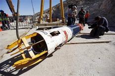 """<p>La nacelle """"Phénix"""", qui a permis la remontée à la surface sains et saufs des 33 mineurs chiliens bloqués pendant 69 jours à plus de 600 m sous le désert de l'Atacama, va effectuer un tour du monde. /Photo prise le 14 octobre 2010/REUTERS/Pool</p>"""