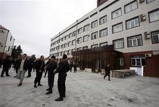 <p>Члены спецотряда у здания парламента в Грозном 19 октября 2010 года. Трое смертников прорвались во вторник в здание парламента Чечни в Грозном и подорвали себя, убив троих человек и ранив 17, сообщили следователи. REUTERS/Kazbek Basayev</p>