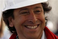 <p>Министр горнорудной промышленности Чили Лоуренс Голборн общается с роджственниками 33-х шахтеров, оставшихся в заваленной шахте, в Копьяпо 25 августа 2010 года. Чудесное спасение 33 чилийских шахтеров превратило министра горнорудной промышленности Лоуренса Голборна в национального героя, и многие уже прочат ему место президента Чили. REUTERS/Ivan Alvarado</p>