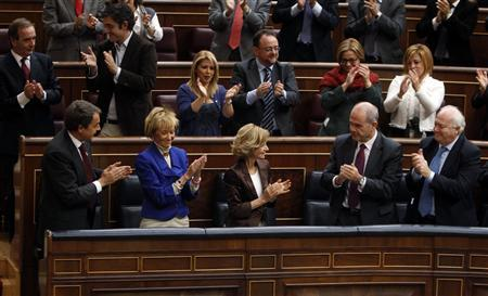 Spain's Economy Minister Elena Salgado (bottom C) is applauded by her fellow Socialist party members after voting to pass the 2011 budget at Spanish Parliament in Madrid October 20, 2010. REUTERS/Sergio Perez