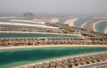 Villas are seen on The Palm, Jumeirah, with Atlantis, The Palm, currently under construction, on the breakwater (surrounding crescent) in Dubai May 3, 2008. REUTERS/Jumanah El Heloueh/Files