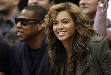 """<p>Певица Бейонсе и ее муж Jay Z смотрят матч между командами """"Лос-Анджелес Лейкерс"""" и """"Даллас Маверикс"""" в Далласе 24 февраля 2010 года. Мать поп- певицы Бейонсе опровергла слухи о беременности знаменитой дочери, сказав, что если бы все """"утки"""" о детях соответствовали действительности, то она бы нянчила уже как минимум пять-шесть внуков. REUTERS/Mike Stone</p>"""