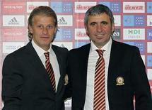 <p>Novo técnico do Galatasaray, Gheorghe Hagi,(dir) e seu assistente Tugay Kerimoglu em coletiva de imprensa em Istambul. 22/10/2010 REUTERS/Stringer</p>
