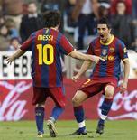 <p>Os atacantes argentino, Lionel Messi, e espanhol, David Villa, comemoram um gol do Barcelona. 23/10/2010 REUTERS/Albert Gea</p>