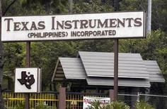 <p>Foto de archivo de la planta de la compañía Texas Instrumens en Loakan, Filipinas, mayo 3 2007. Texas Instruments Inc reportó el lunes ingresos del tercer trimestre que superaron las expectativas de Wall Street, porque la fuerte demanda de los clientes industriales contrarrestó los débiles pedidos de chips para productos de consumo. REUTERS/STRINGER</p>