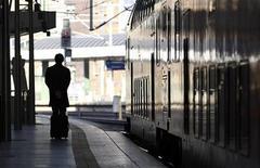 <p>Мужчина ждет поезд во время забастовки в Берлине 26 октября 2010 года. Предупредительные забастовки ограничили железнодорожное сообщение в нескольких районах Германии во вторник, сообщили профсоюзы. REUTERS/Fabrizio Bensch</p>
